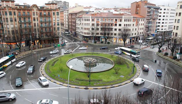Tráfico en la rotonda ubicada en la plaza Príncipe de Viana, que, con tres carriles, supone mayor dificultad para los conductores a la hora de circular por ella.