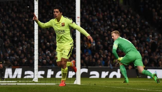 Luis Suárez celebra un gol ante el City