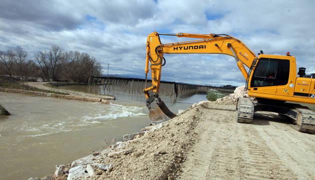 Los diques del Ebro se reparan ante la previsión de nuevas crecidas