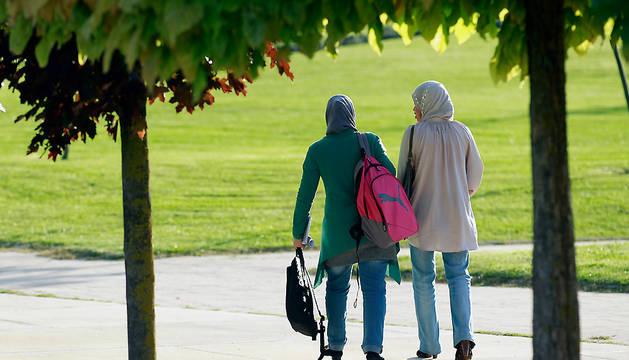 Dos mujeres inmigrantes pasean en Sarriguren