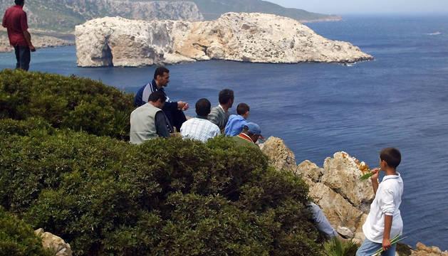Un grupo de marroquís, junto al islote de Perejil en 2002