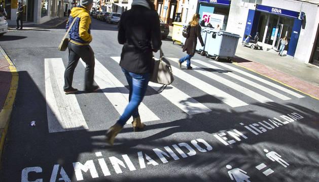 Uno de los pasos de peatones que lucen los eslóganes igualitarios.