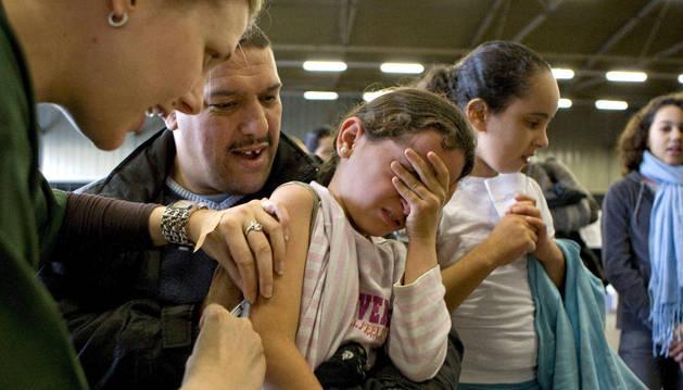 Vacunan a una niña contra el sarampión