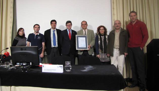 Luis Fernández, director de UNED Tudela, con el título.