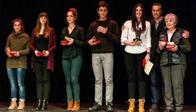 Nelly Iriberri, con su galardón, junto a Pruden Induráin y rodeada del resto de candidatos o los familiares que recogieron el premio.