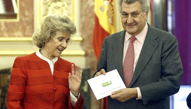 La defensora del Pueblo, Soledad Becerril, entrega el Informe Anual al presidente del Congreso, Jesús Posada.