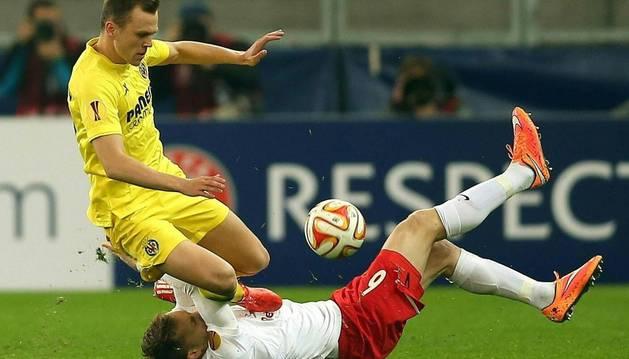 Denis Cheryshev lucha un balón contra el Salzburgo