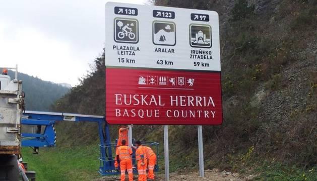 El TSJPV obliga a retirar las señales de Guipúzcoa que incluyen a Navarra