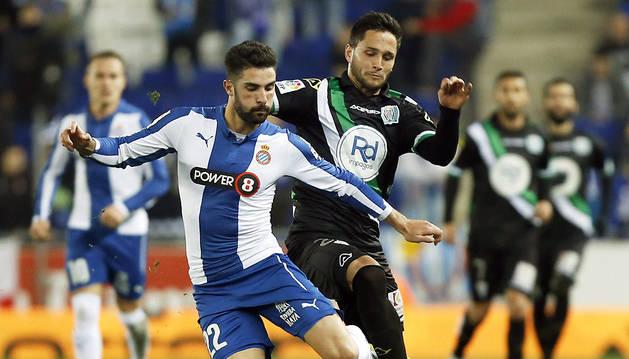 Álvaro lucha un balón con Florin.