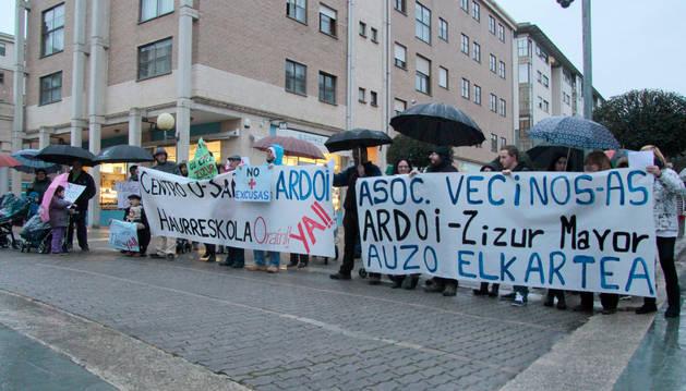 Vecinos del sector Ardoi que el jueves se manifestaron frente al Ayuntamiento