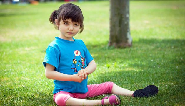 Maialen Bravo, con síndrome de Rett, posa con una camiseta que explica su enfermedad.
