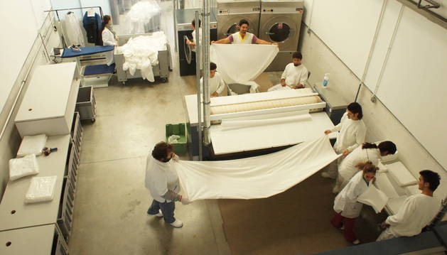 Trabajadores del CIS de Nabut en la lavandería industrial que tiene la empresa en el polígono Morea Sur de Beriáin.