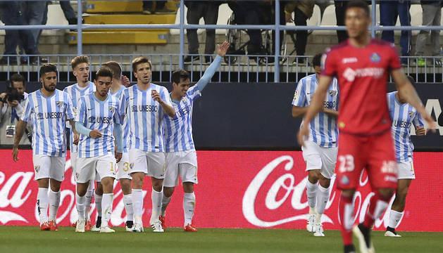 Los jugadores del Málaga CF celebran el primer gol del equipo
