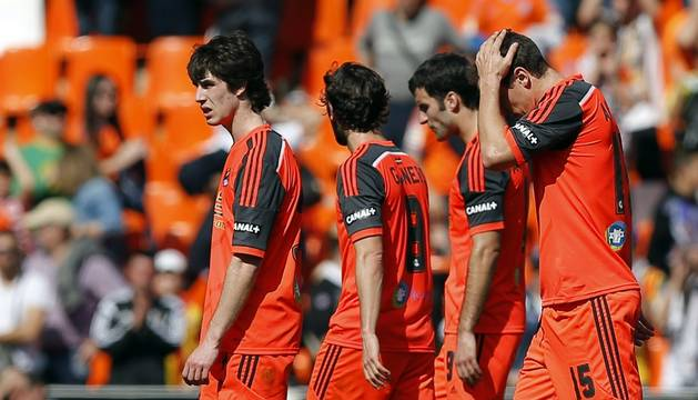 Los jugadores de la Real Sociedad se retiran cabizbajos del estadio de Mestalla