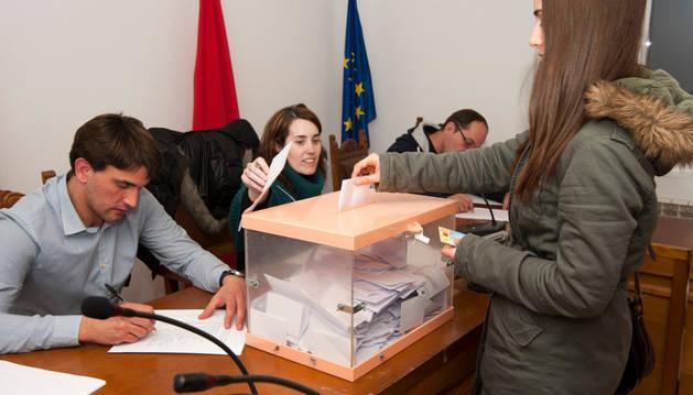 La alcaldesa recibió a los 741 artajoneses que se acercaron a votar
