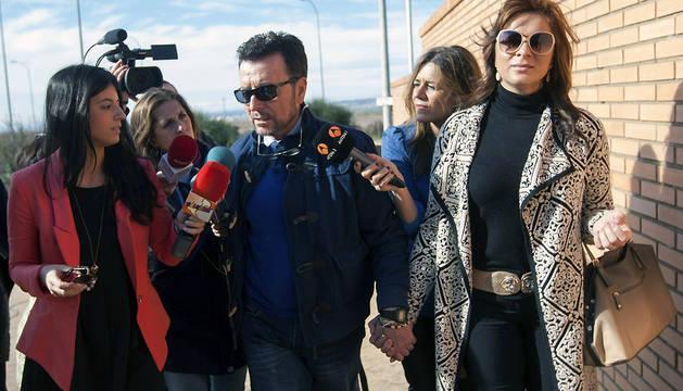 El diestro Ortega Cano, acompañado por su pareja, Ana María Aldón, a su llegada a la cárcel de Zuera (Zaragoza)