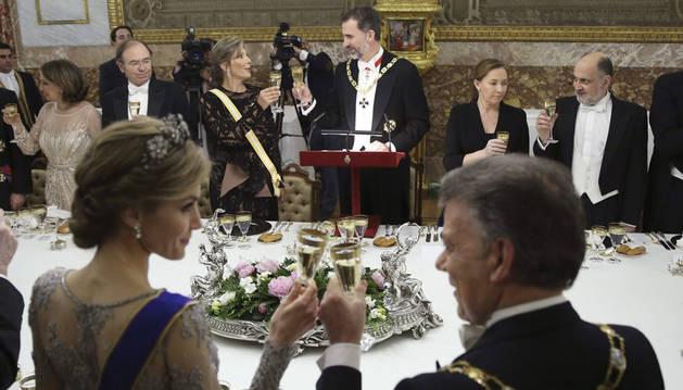 La reina Letizia brinda con el presidente de Colombia, Juan Manuel Santos, y el rey Felipe VI con la esposa del mandatario, María Clemencia Rodríguez