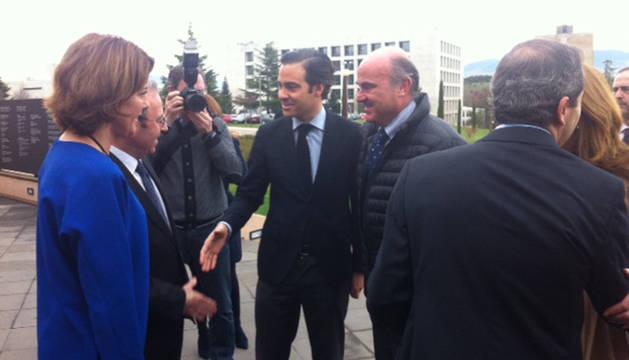 Guindos, junto a Zalba, recibido por Barcina y Sánchez-Tabernero, de espaldas.