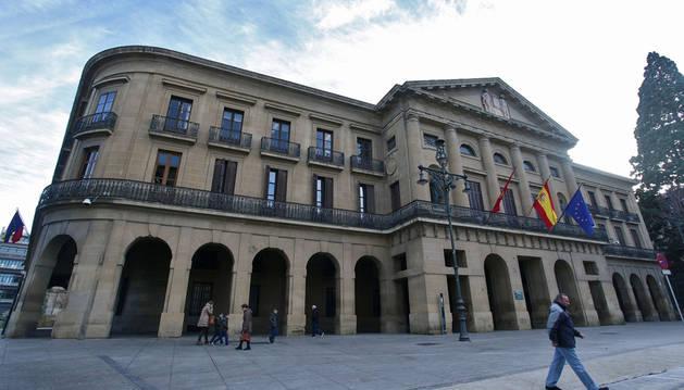 Fachada del Palacio de Navarra, frente al Paseo de Sarasate, en Pamplona.