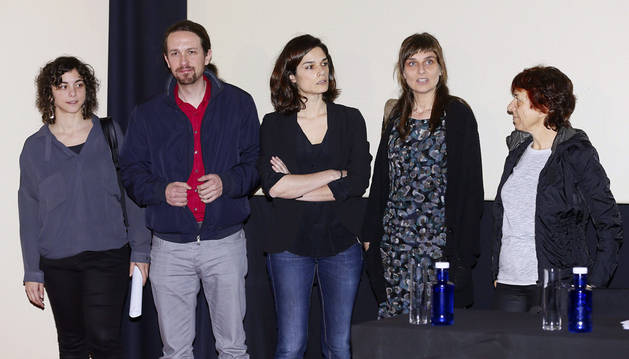 El líder de Podemos, Pablo Iglesias junto a las autoras del documento, Bibiana Medialdea (2d) y María Pazos (d), la secretaria general, Tania González (i) y la eurodiputada Clara Serra