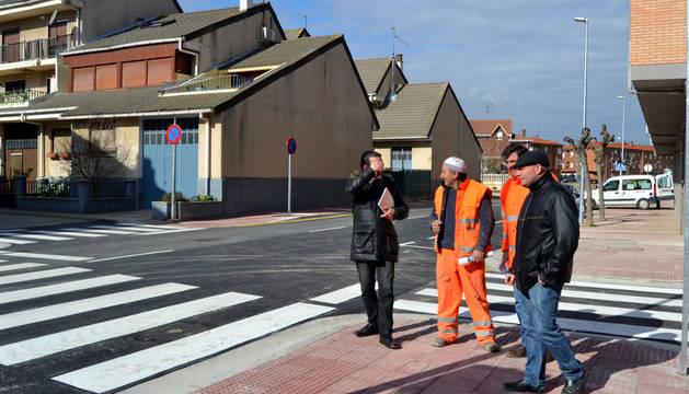 Los técnicos y el alcalde, durante la revisión de la calle