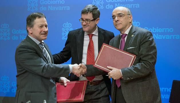 Maximino Gómez, José Iribas y Andrés Urrutia tras la firma del convenio