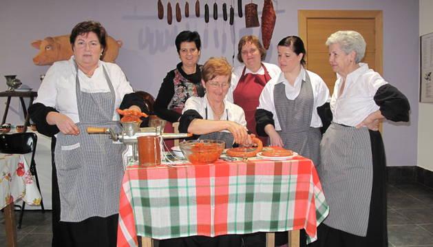 Las mujeres prepararon chorizos, morcillas y picadillo