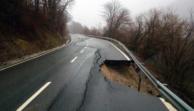 Imagen del hundimiento de la calzada ocurrido en la vía Pamplona-Francia por Valcarlos