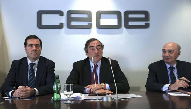 El presidente de CEOE, Juan Rosell (c), junto al vicepresidente, José María Lacasa (d), y el presidente de CEPYME, Antonio Garamendi (i)