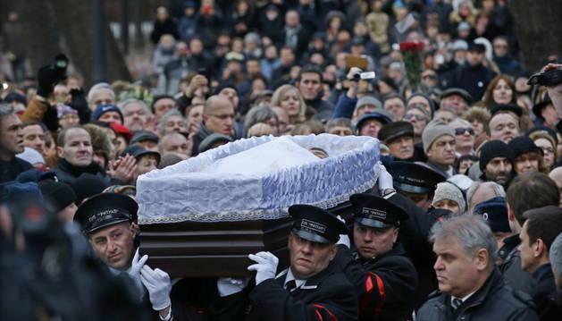 El ataúd con los restos de Nemstov
