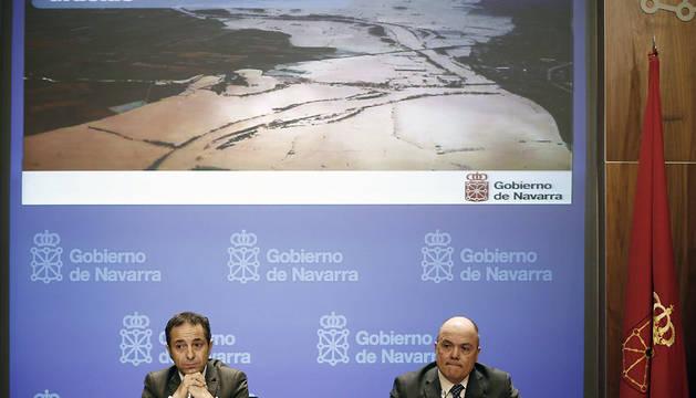 El vicepresidente y portavoz del Gobierno de Navarra, Juan Luis Sánchez de Muniáin, y el consejero de Fomento, Luis Zarraluqui (d), durante la rueda de prensa tras la sesión de Gobierno