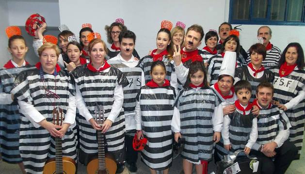 Una de las escuelas participantes, con disfraces de preso para caracterizar su representación.