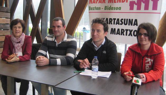 La directora de la residencia, María Jesús Beunza; el responsable del mantenimiento, Iván Aldako; Esteban Elorga, de la dirección del centro comercial Nafar Mendi; y la empleada del propio establecimiento, Naiara Oteiza Razkin.