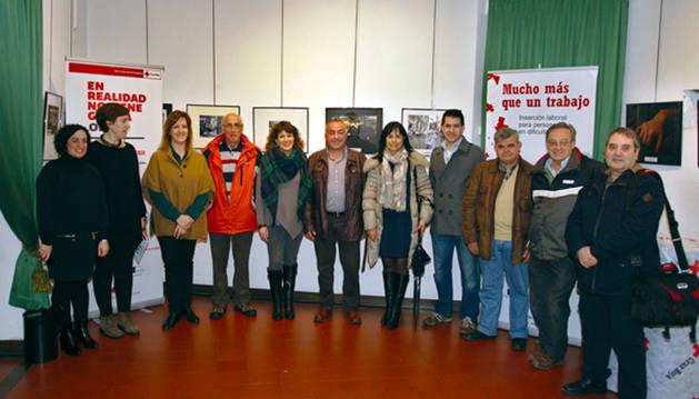 Asistentes a la inauguración de la exposición MostrARTEnavarra en la casa de cultura de Tafalla.