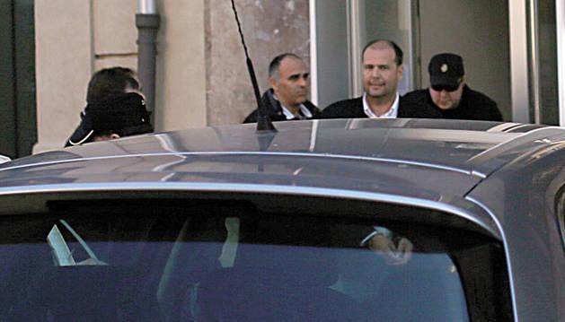 Txuma Peralta, esposado, sale de las dependencias policiales a las 11.10h. para dirigirse a un centro hospitalario