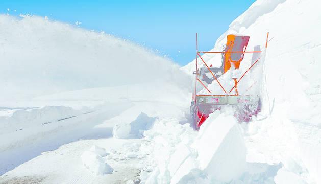 El puerto de Belagua se abre camino entre muros de ocho metros de nieve
