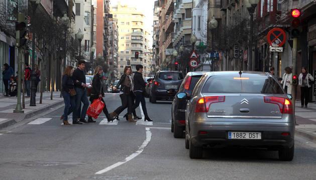 Varios peatones cruzan por un paso de cebra en la avda. de Zaragoza.