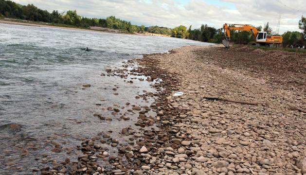 Una excavadora dragaba en 2013 el Ebro en Castejón.