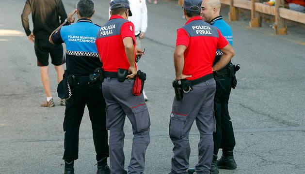 Agentes de Policía Foral y Policía Municipal de Sangüesa, en un encierro de fiestas de la ciudad.