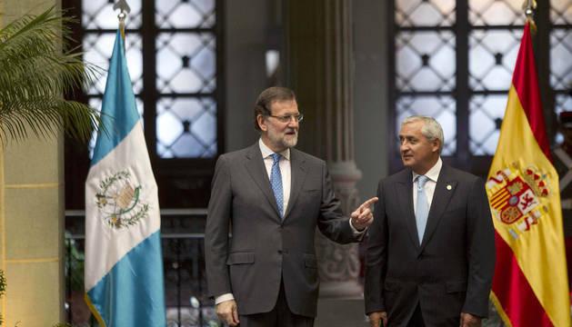El presidente del gobierno español, Mariano Rajoy, es recibido por el presidente de la República de Guatemala, Otto Pérez Molina