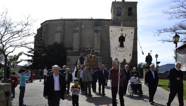 Hombres y mujeres portan a San Veremundo en Villatuerta
