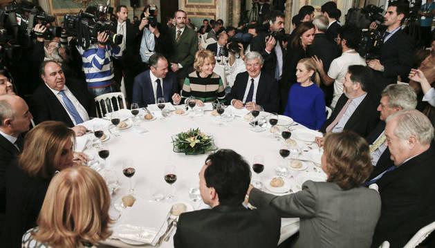 Entre los ocupantes de la mesa, Aguirre y Cifuentes