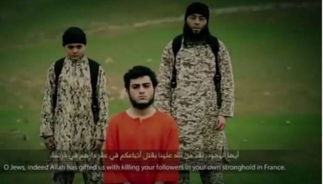 Imagen del vídeo, en la que aparecen la víctima y los asesinos