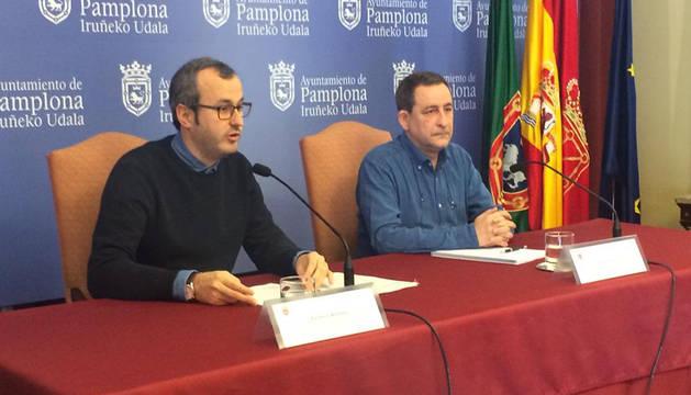 El concejal Fermín Alonso junto al el presidente de la Federación de Coros de Navarra, Carlos Gorricho.