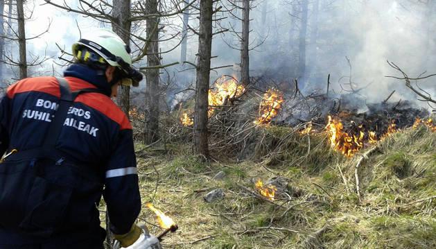 Un bombero trabaja en una quema controlada