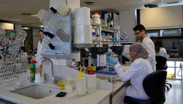 Dos trabajadores en el laboratorio de la nueva área fisico-quimíca  del CNTA.