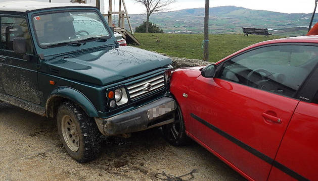El coche robado, tras colisionar con otro coche estacionado.