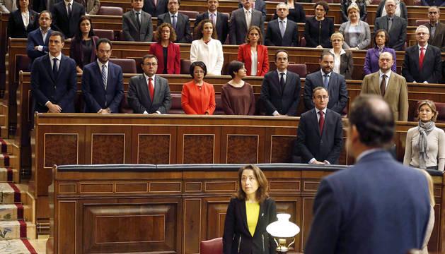 Rajoy, con Sánchez al fondo, durante el minuto de silencio.