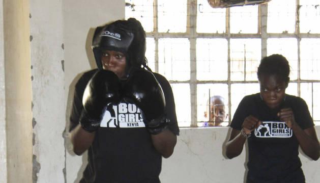 Una de las mujeres que practica boxeo en la escuela keniana