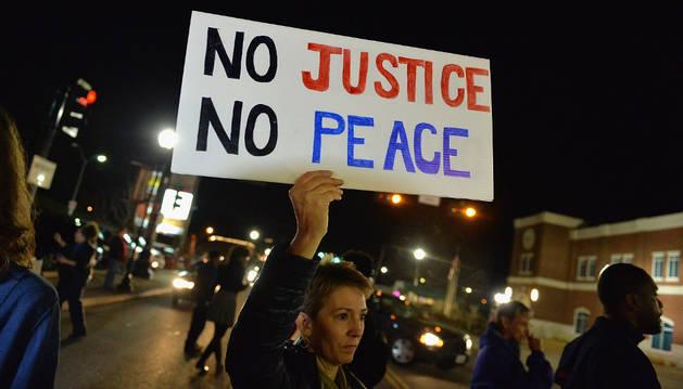Disparan a dos agentes frente al departamento de Policía de Ferguson